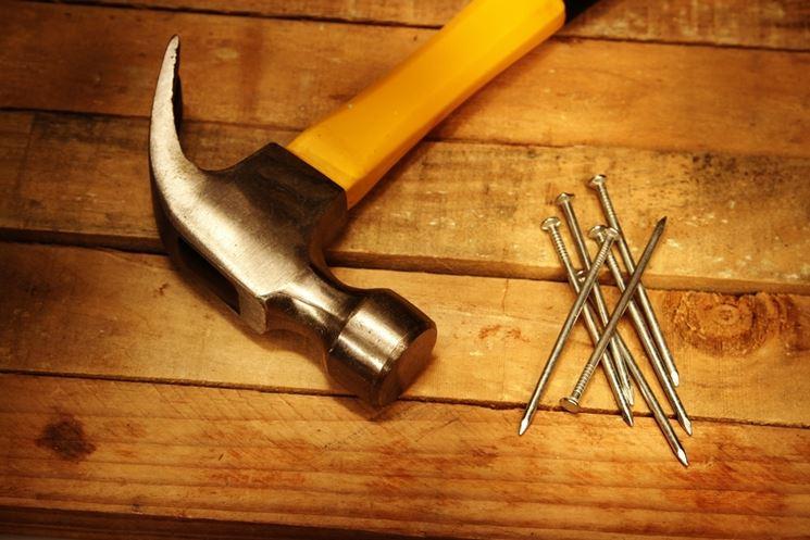 Martello e chiodi per la carpenteria