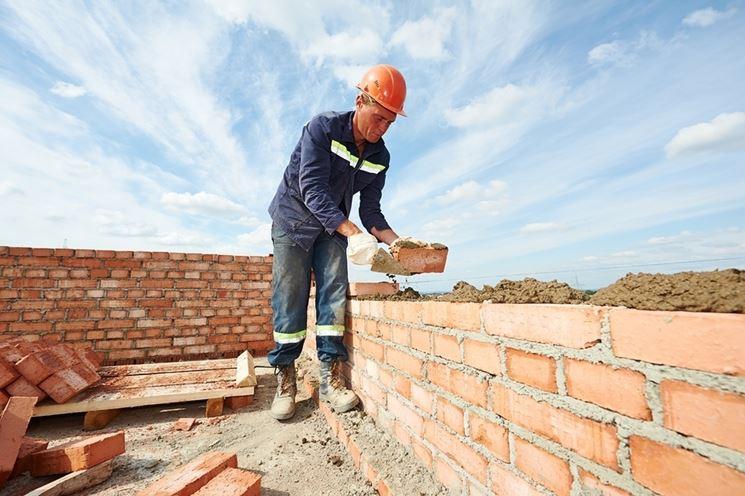muratore al lavoro