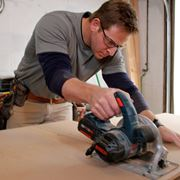 Artigiano al lavoro con una sega circolare