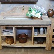 Un lavello rustico in pietra