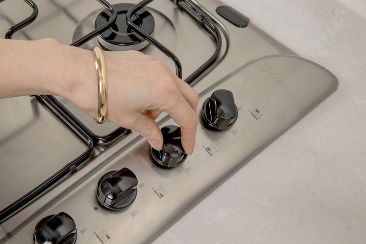 Accensione elettronica a manopola, piano cottura in acciaio Indesit