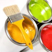 Contenitori di pittura di colori diversi con un pennello