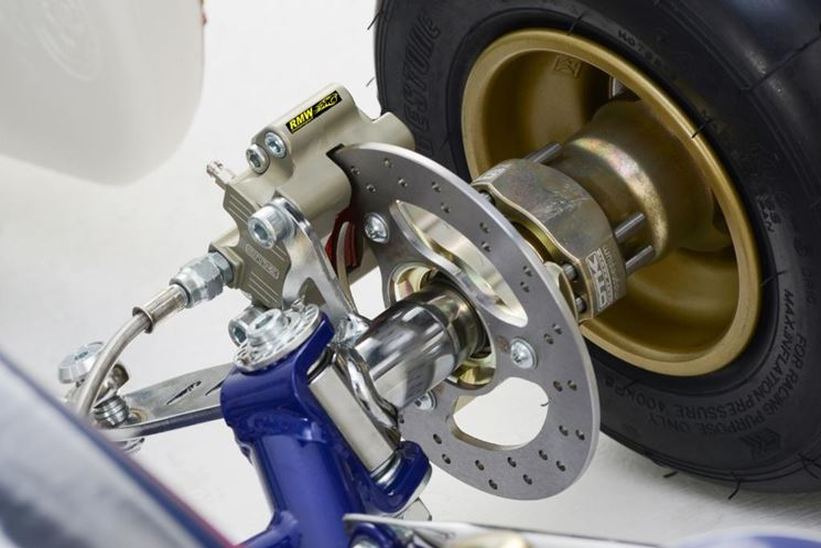 Particolare del freno a disco di un kart da corsa