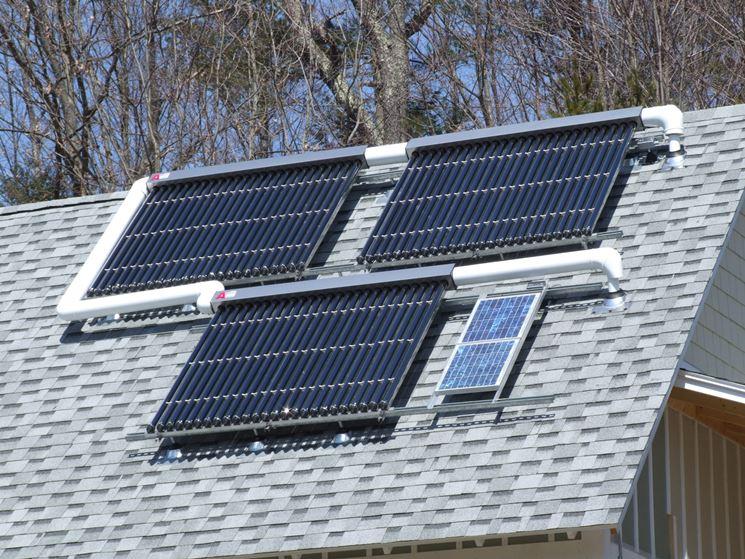 Impianto solare con pannelli su un tetto