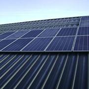 Un tetto ricoperto di pannelli fotovoltaici