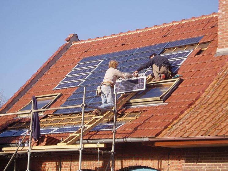Installazione di tegole fotovoltaiche