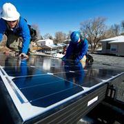 Tecnici installato pannelli fotovoltaici