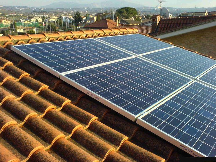 Pannelli fotovoltaici installati su un tetto inclinato