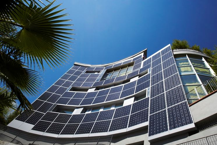 Edificio con pannelli fotovoltaici