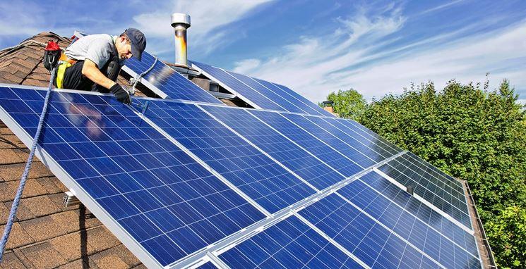 Operaio alle prese con pannelli fotovoltaici