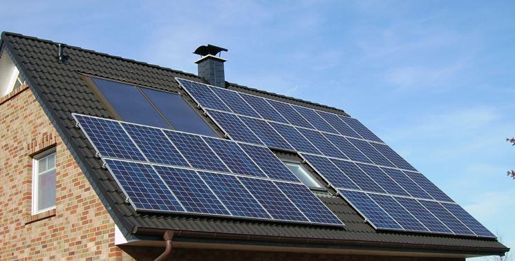 Un tetto coperto dai moduli fotovoltaici