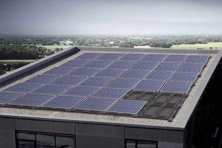 Pannelli fotovoltaici integrati sul tetto di un'azienda