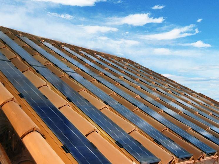 Coppi fotovoltaici installati su un tetto