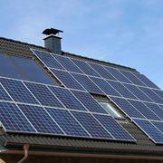 Tetto completamente coperto di pannelli fotovoltaici