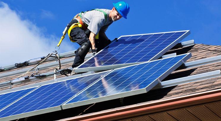 Operazioni di montaggio dei pannelli fotovoltaici