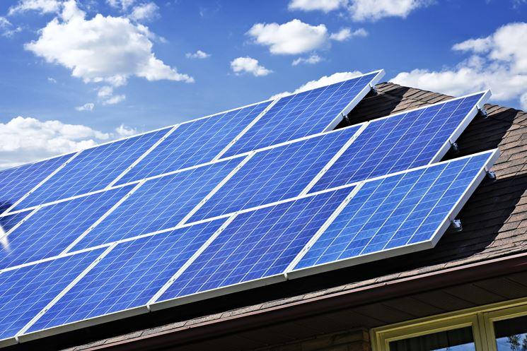 Schiera di pannelli solari fotovoltaici