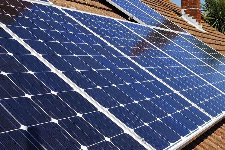 Tetto con pannelli solari fotovoltaici