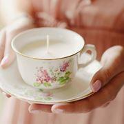 Elegante candela creata nella tazza da tè