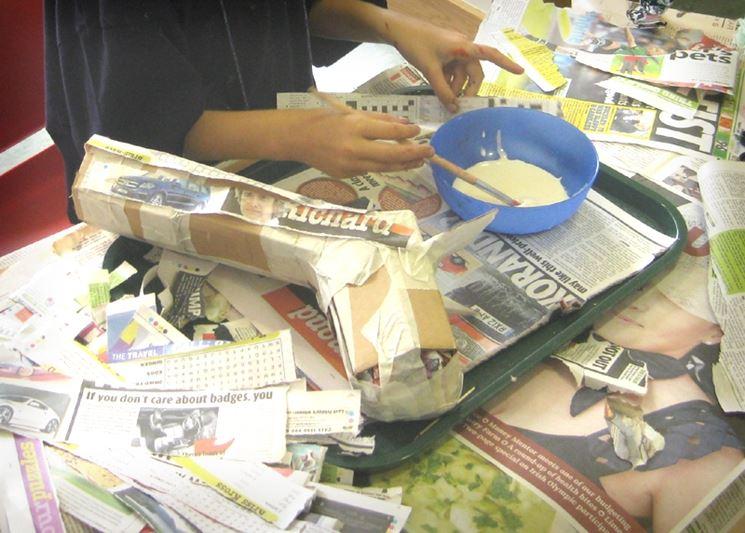 Cartone e vecchi giornali per creare sculture di carta pesta