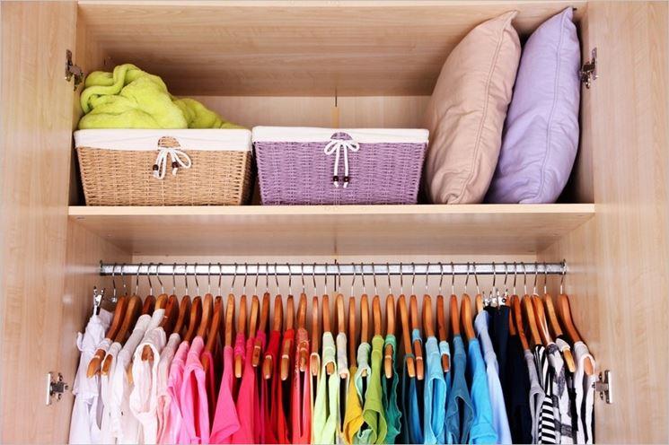 Armadio pieno di vestiti