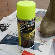 Una bomboletta di vernice fosforescente