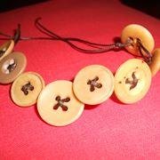 bracciale realizzato con bottoni