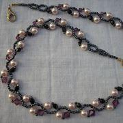 collana di perle infilata con perline piccole