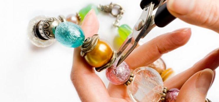 inserire perline per realizzare collana