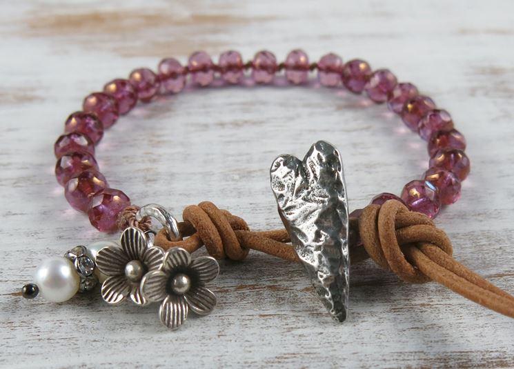 Bracciale in cuoio, metallo e perline