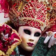 Costume con accessori di bigiotteria