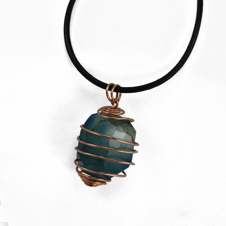 Collana in cordoncino di cuoio con pendente di pietra dura ingabbiata