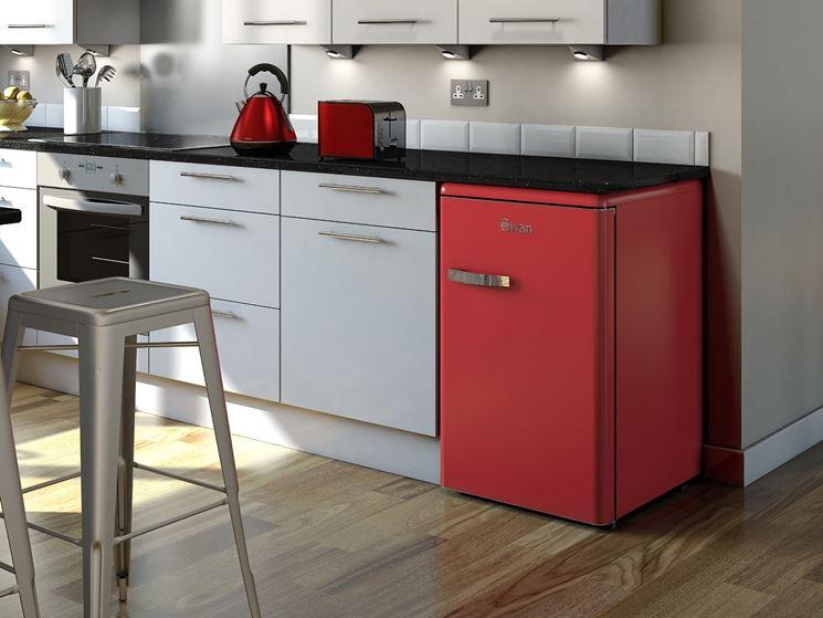 Cucina con elettrodomestici colorati