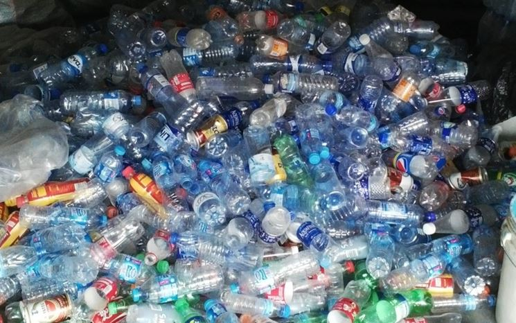Decoupage Su Tavolo Di Plastica.Costruire Con Bottiglie Di Plastica Il Decoupage Realizzazione