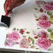Realizzazione decoupage con decorazioni floreali