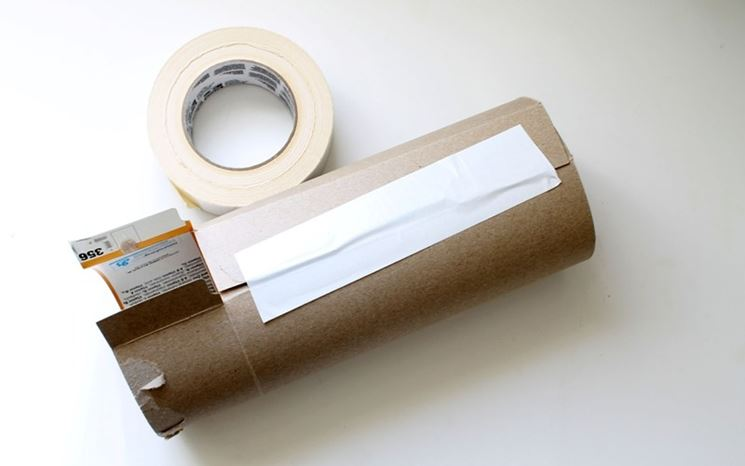 carta gommata con un cartone da imballaggio