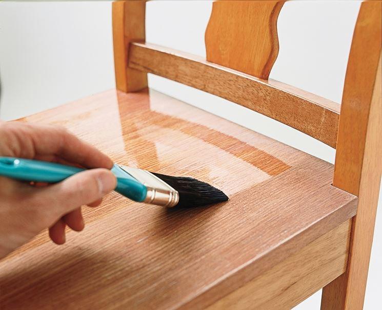 Applicazione sul legno di vernice al poliuretano