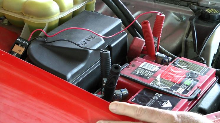 batteria auto poli positivi e negativi