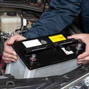Estrazione di una batteria da un'auto