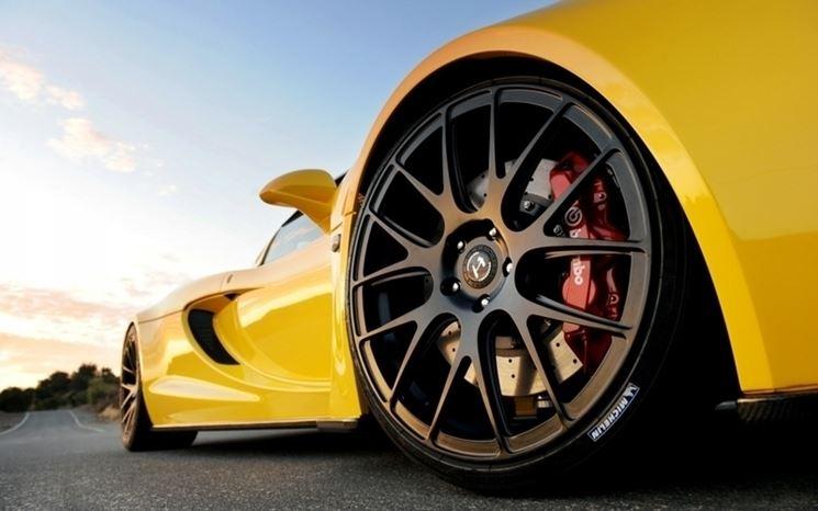 Montaggio cerchi su auto sportiva