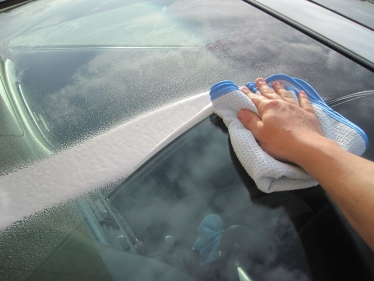 Pulizia vetri auto