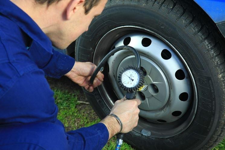 Verifica della pressione degli pneumatici