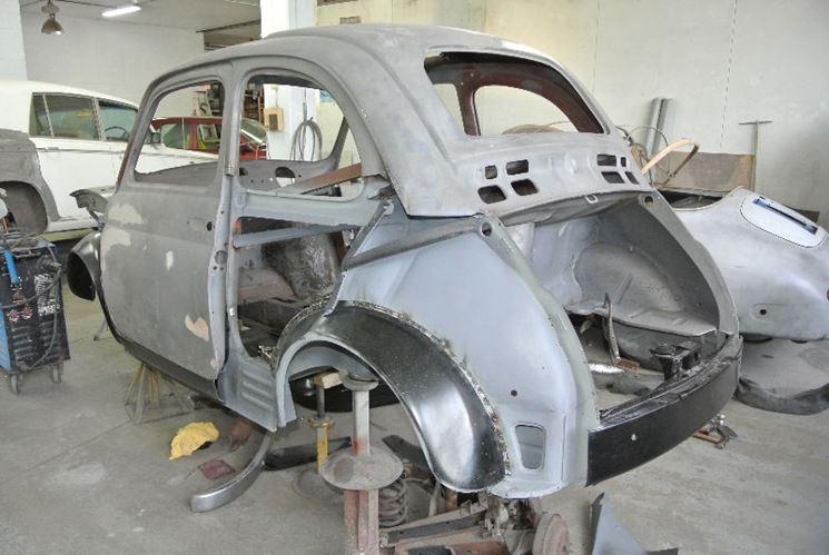 Lavoro di restauro della Fiat 500