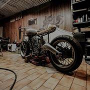 Motocicletta all'interno di un'officina