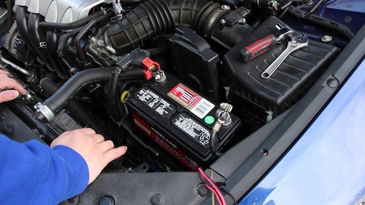 Come sostituire la batteria dell'automobile