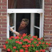 Donna che pulisce i vetri