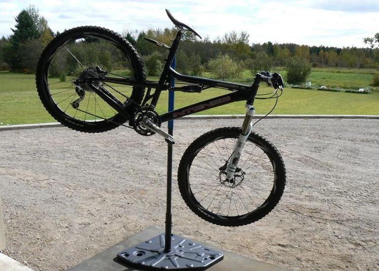 Cavalletto per manutenzione bicicletta