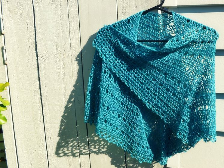 Coprispalle uncinetto realizzato in lana