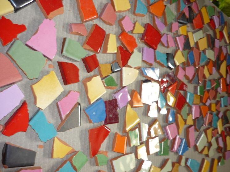 Parete con frammenti multicolore