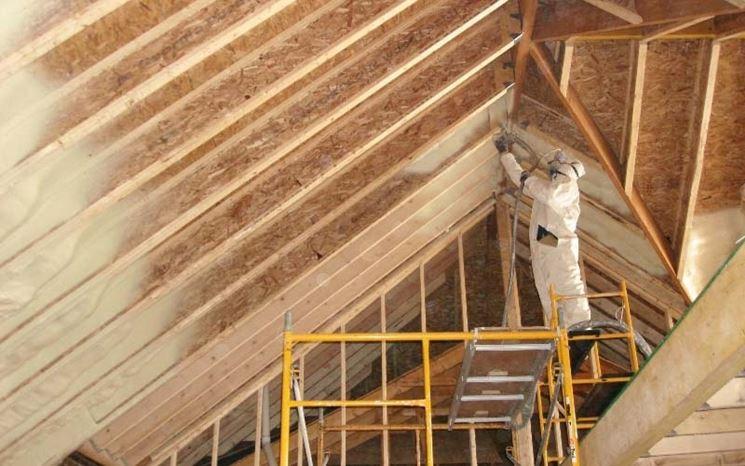 Un uomo lavora per isolare il tetto
