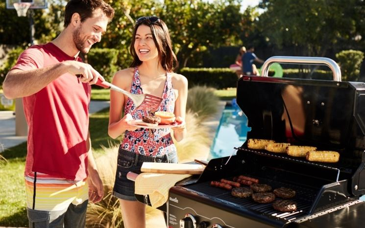 Modello barbecue a gas installato in giardino